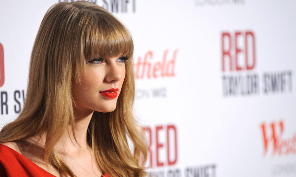Recreate The Romance Of Taylor Swift's Style With The Right Blush And Lip Combo