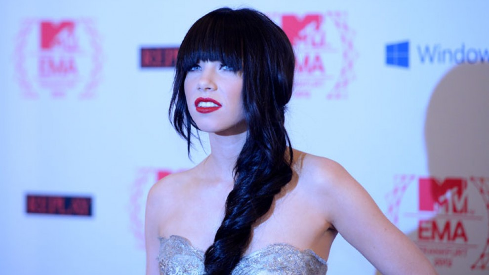 Carly Rae Jepsen Stuns Audience At MTV Emas With Stylish Bangs