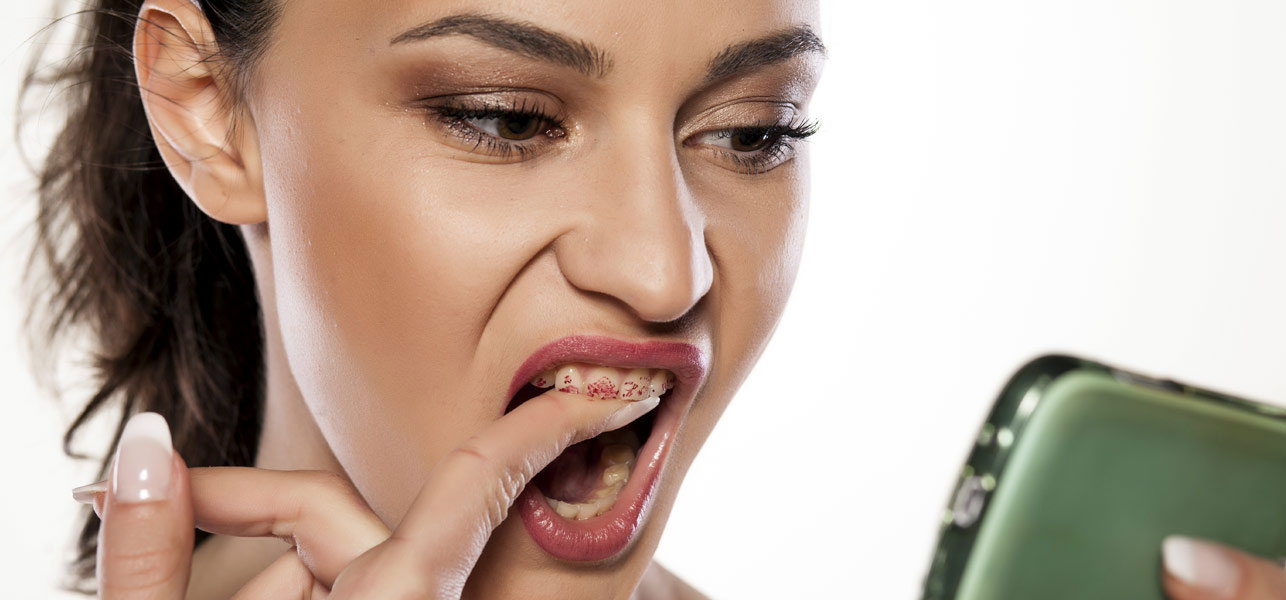 Prevent-Lipstick-From-Getting-On-Your-Teeth
