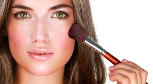 applying-blush