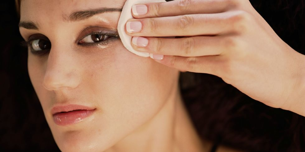 Secret Tips For Removing Your Eye Makeup Smoothly