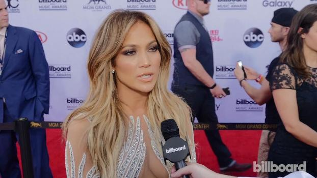 Jennifer Lopez Opts For A Dewy Look At The 2013 Billboard Music Awards